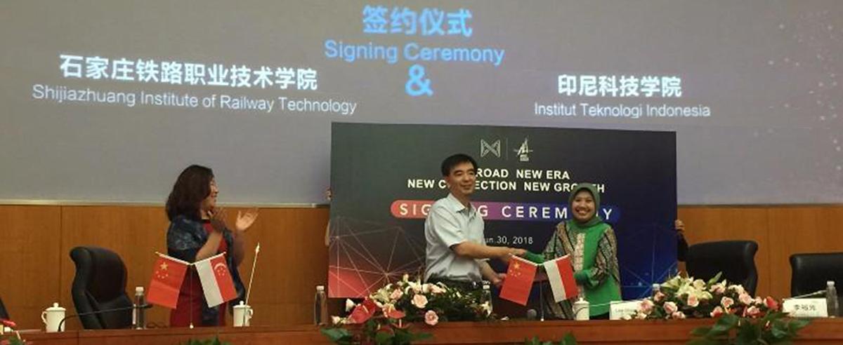 """杨明副院长代表学院与印度尼西亚科技学院签署""""一带一路""""技能人才联合培养合作框架协议"""
